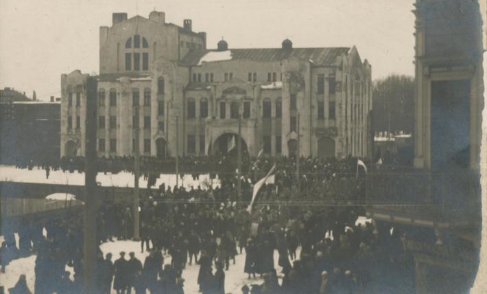 Eesti Vabariigi iseseisvusdeklaratsiooni ettelugemine Pärnu Endla teatri rõdult. Foto: Pärnu muuseumi kogu
