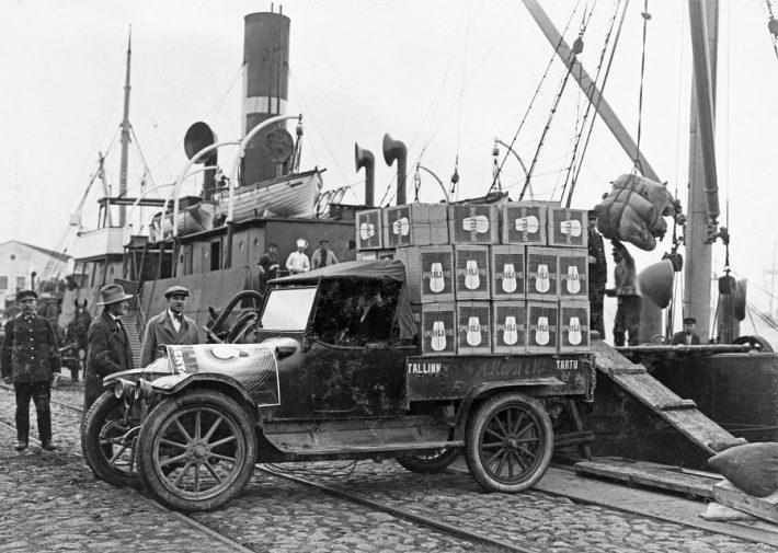 Op de foto: een vrachtwagen in de haven van Tallinn, beladen met Philips-gloeilampen in ca 1929. Foto: Philips Company Archives