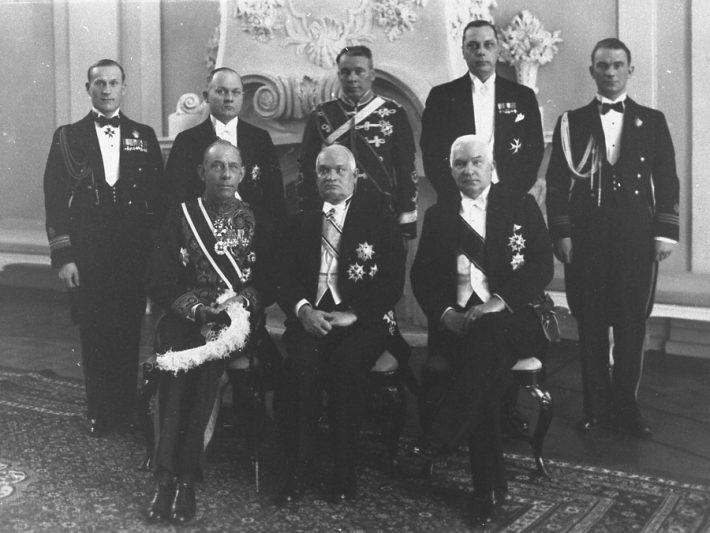 Op de foto: Chevalier H.W.G.M. Huyssen van Kattendyke (1.van links) tijdens het overhandigen van zijn geloofsbrieven aan de president van Estland Konstantin Päts (2.), 3. Minister van Buitenlandse Zaken Friedrich Akel; staand (van links naar rechts): hoofdcommandant H. Grabbi, staatssecretaris Karl Terras, generaal Gustav Jonson, hoofd protocol E. Kirotar, commandant L. Teder. Foto: Filmarchief van het Nationaal Archief Estland, fotograaf Parikas