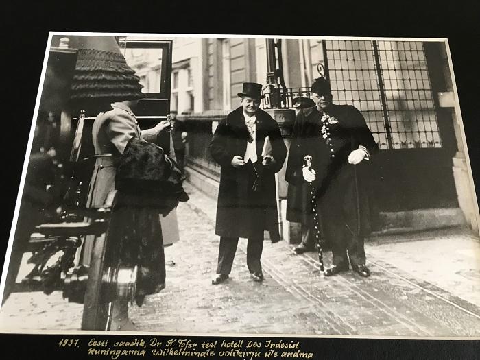 Karl Tofer lahkumas hotellist Hotel des Indes (aadressil Lange Voorhout 56, Haag), et esitada oma volikirjad kuninganna Wilhelminale. Saadiku kõrval A.G. Sickinghe, kuninganna tseremooniameister. Foto: Madalmaade välisministeerium