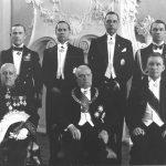 L.P.J. de Decker (resideerus Riias)   Fotol L.P.J. de Decker (vasakult 1.) volikirjade üleandmisel Eesti Vabariigi presidendile Konstantin Pätsile (2.), 3. välisminister Karl Selter; seisavad (vasakult): presidendi vanemkäsundusohvitser kolonel H. Grabbi, presidendi kantseleiülem E. Tambek, protokolliülem E. Kirotar, nooremkäsundusohvitser kapten L. Teder   Foto: Rahvusarhiivi filmiarhiiv, fotograaf Parikas