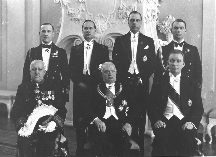Op de foto: L.P.J. de Decker (1. van links) tijdens het overhandigen van zijn geloofsbrieven aan de president van Estland Konstantin Päts (2.), 3. Minister van Buitenlandse Zaken Karl Selter; staan (van links): hoofdcommandant kolonel H. Grabbi, stafchef van de president E. Tambek, hoofd protocol E. Kirotar, commandant kapitein L. Teder. Foto: Filmarchief van het Nationaal Archief Estland, fotograaf Parikas