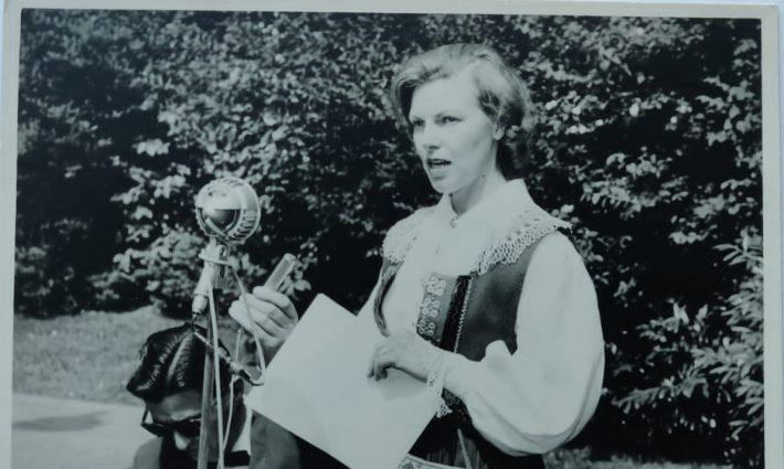 Vilma Belinfante-Saidlo esineb sõnavõtuga Ernst Idla (Rootsist saabunud) võimlemistüdrukute etteastele järgnenud pressikonverentsil Bloemendaali vabaõhuteatris juulis 1957. Vasakul heliülesvõtteid teinud Hilversum 1 (AVRO) reporter Wim Ruth. Foto: Belinfante perearhiiv