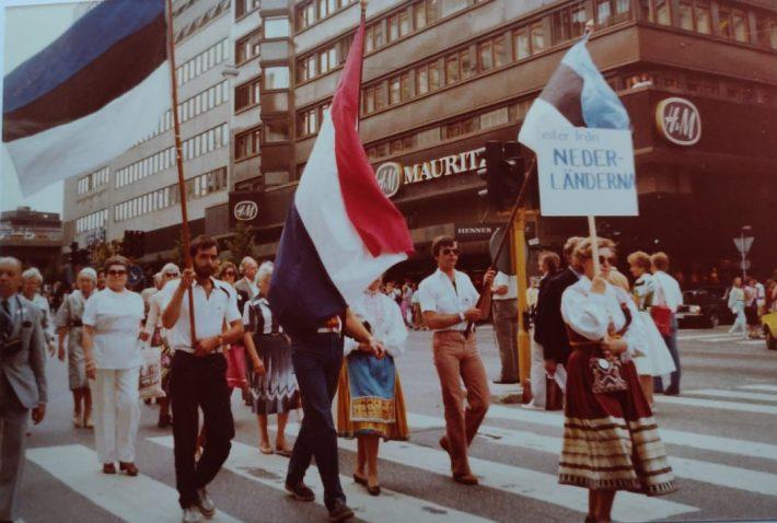 Madalmaade eestlaste delegatsioon, plakatiga Vilma Belinfante. Foto: Belinfante perearhiiv