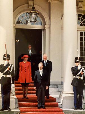Op de foto: Clyde Kull (in het midden op de rode loper) overhandigt zijn geloofsbrieven op 26 augustus 1992 (met zijn vrouw Olga). Foto: privé-archieven van Clyde Kull