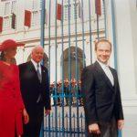 Alates 1991 Clyde Kull (resideerus Brüsselis) Fotol Clyde Kull volikirjade esitamisel 26.08.1992, punases Kulli abikaasa Olga  Foto: Clyde Kull eraarhiiv