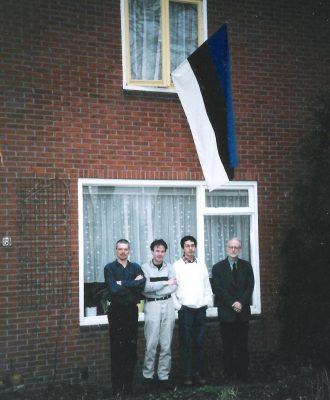 Ühingu juhatuse koosolek aastal 2001 Vlagtweddes: vasakult John de Jonge, Onno Bus, Frederik Erens ja Henk Heijkoop. Foto: Madalmaade-Balti ühing (Nederlands-Baltische Vereniging)