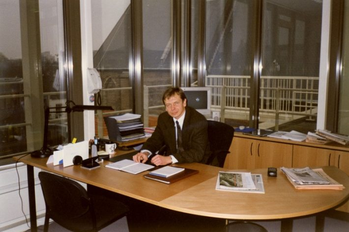 Op de foto: Tõnis Idarand achter zijn bureau op de ambassade in Den Haag. Foto: privé-archieven van Tõnis Idarand