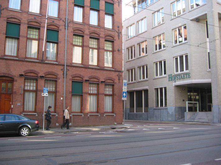 """2004. aastast on parempoolne ehitis büroohoone, milles asus Eesti saatkond. Foto: Eesti saatkond Haagis, """"Teine tulemine. Taasiseseisvunud Eesti välisesindused"""""""