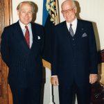 Alates 1997 Jacobus van der Velden   Fotol van der Velden (vasakul) volikirjade üleandmisel president Lennart Merile.   Foto: EV välisministeerium, Voldemar Maask