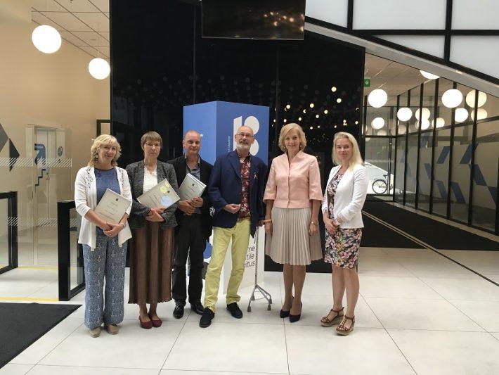Sotsiaalministeeriumi tänukirja üleandmisel aastal 2018: Rini Blankers vasakult kolmas, Cees Hage vasakult neljas, sotsiaalkaitseminister Kaia Iva paremalt teine. Foto: Eesti sotsiaalministeerium