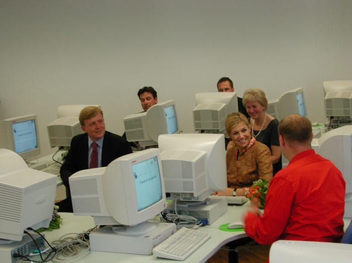 Linnar Viik (paremal, seljaga) tutvustab prints Willem-Alexanderile (vasakul) ja printsess Maximale e-Eestit. Printsess Maxima selja taga on Madalmaade suursaadik Eestis Joanna van Vliet. Foto: välisministeerium