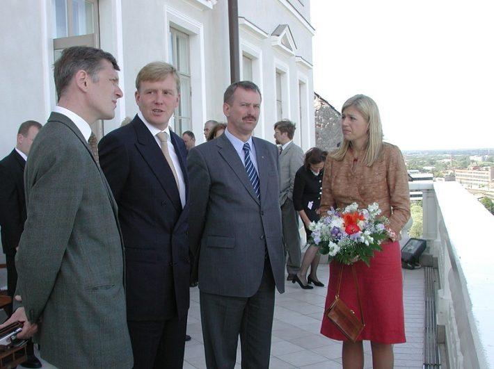 Fotol vasakult välisministeeriumi kantsler Indrek Tarand, prints Willem-Alexander, peaminister Siim Kallas ja printsess Maxima Toompeal. Foto: EV välisministeerium