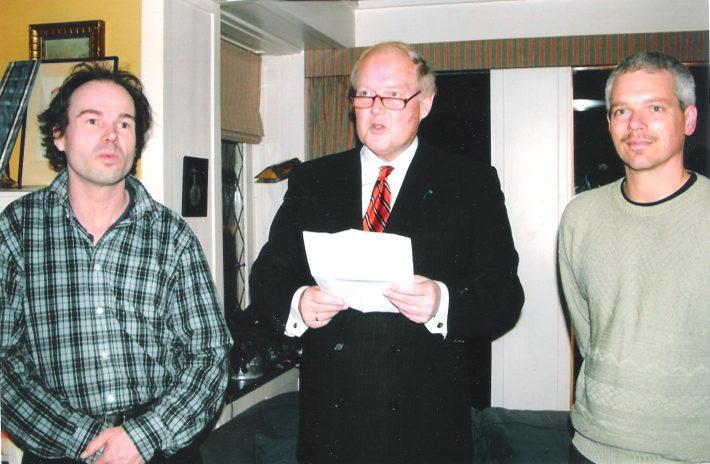 Op de foto: presentatie van het boek op 13 november 2008, van links naar rechts: Onno Bus, Jan Brouwer, John de Jonge. Foto: Nederlands-Baltische Vereniging
