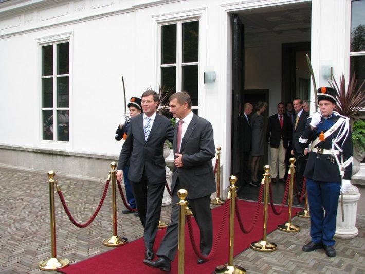 Ansip (paremal) ja Madalmaade peaminister Jan Peter Balkenende Foto: Eesti saatkond Haagis