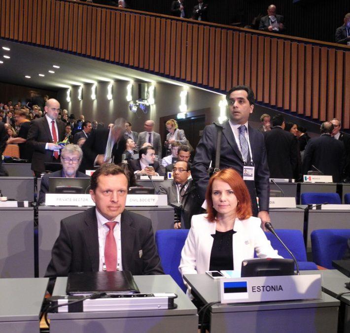 Fotol Pentus-Rosimannus ja Eesti suursaadik Haagis Peep Jahilo küberkonverentsil Foto: EV välisministeerium