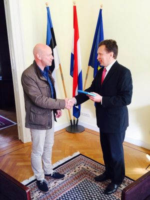 Op de foto: de Estse ambassadeur in Nederland Peep Jahilo (rechts) bij het overhandigen van relevante documenten aan de e-resident. Foto: ambassade van Estland in Den Haag