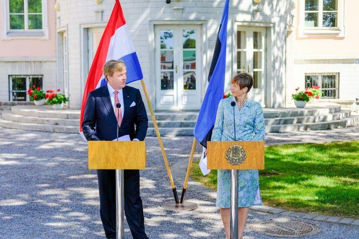 Op de foto: de koning en de president van Estland, Kersti Kaljulaid, voor het Kadriorg paleis in Tallin. Foto: Bureau van de president van de Republiek Estland