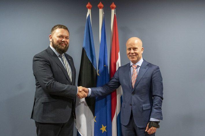 Fotol Karu (vasakul) ja Raymond Knops (Madalmaade siseministri ülesannetes, vastutav ka digiteemade eest) Foto: Eesti saatkond Haagis