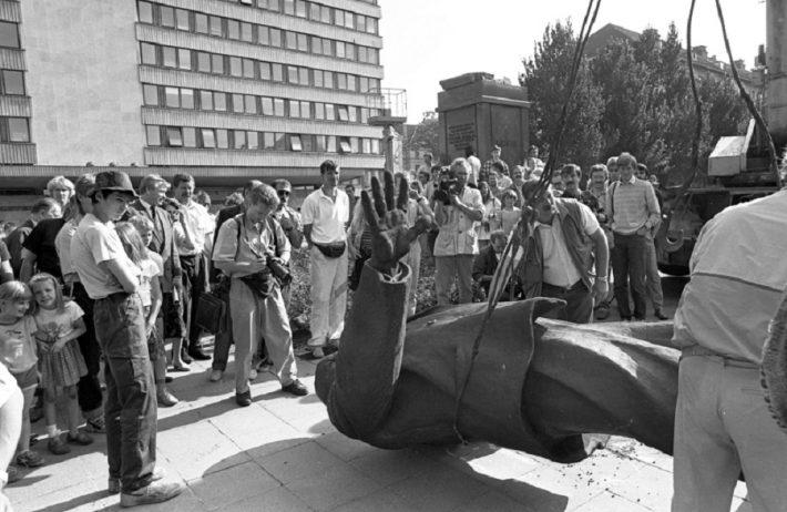 Lenini kuju kangutamine EKP Keskkomitee hoone (praeguse välisministeeriumi) eest 23.08.1991. Foto: Peeter Langovits